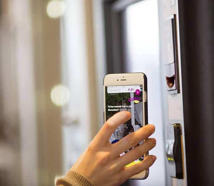 Imagen usando la app movil en una maquina