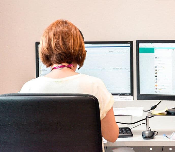 Imagen de mujer con un ordenador
