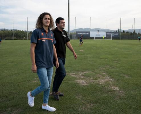 Personas en un campo de futbol
