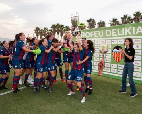 Equipo femenino celebrando la victoria