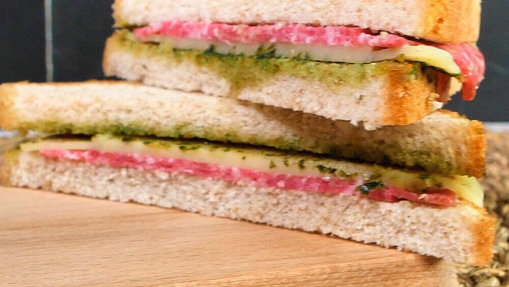 Sandwich de Salami, Mozzarella y Pesto