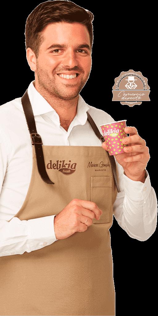 Imagen de Marcos sosteniendo un café