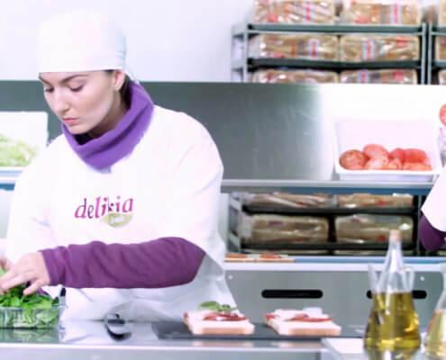 Imagen de una persona preparando alimentos
