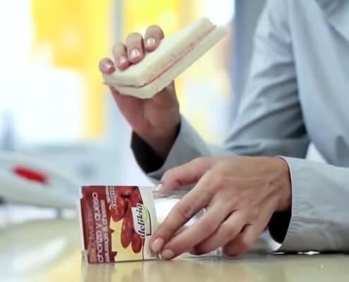 Imagen de persona con un sandwich en la mano