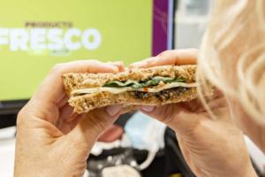 sándwich mediterráneo con tapenade, queso ahumado y espinacas