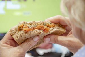 sándwich noroeste con salmón ahumado, kimuchi y parmesano