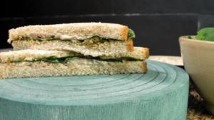Sándwich olivada, atún y espinacas