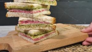 Sándwich salami, mozzarella y pesto