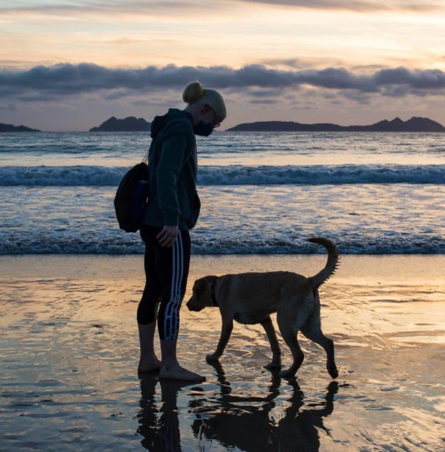 Susana Rodríguez y su perro Yellow en la playa.
